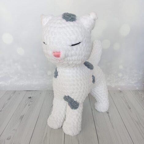 Белая кошка с пятнышками